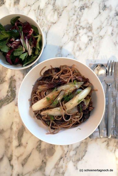 Dinkel-Vollkorn-Spaghetti mit gebratenem Chicorée, Radicchio und Fenchel, dazu Ackersalat