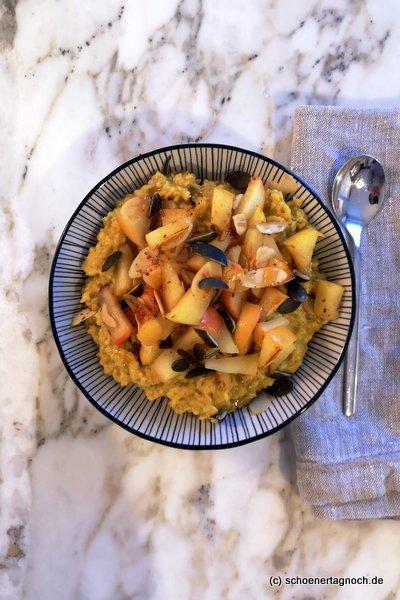 Glowing Golden Porridge mit gebratenen Äpfeln und Kurkuma