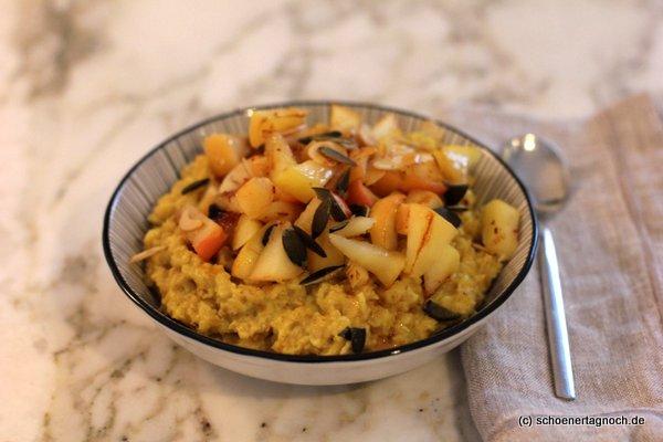 """Porridge mit gebratenen Äpfeln und Kurkuma, Glowing Golden Porridge aus """"Einfach himmlisch gesund"""""""