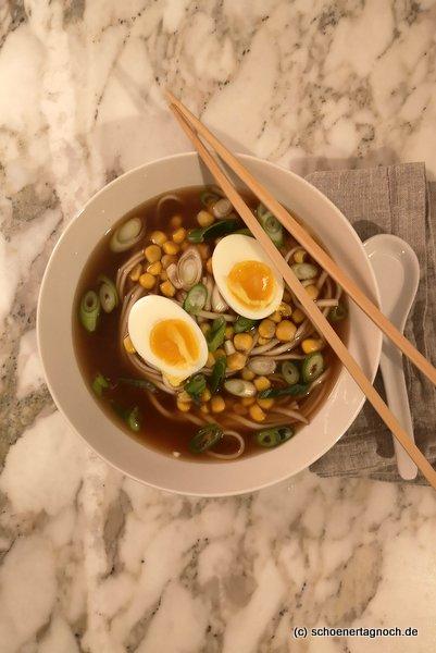 Miso-Ramen mit Gemüsebrühe, Ramennudeln, Mais, Frühlingszwiebeln und Ei