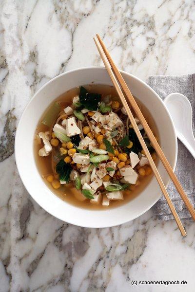 Miso-Suppe mit Ramen, Seidentofu. Mais, Pak Choi und Frühlingszwiebeln