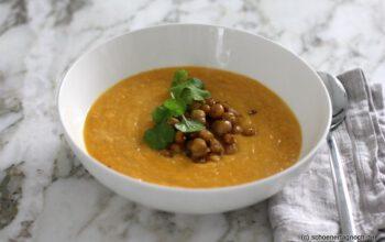 Ofengeröstete Karottensuppe mit Kichererbsen und Koriander