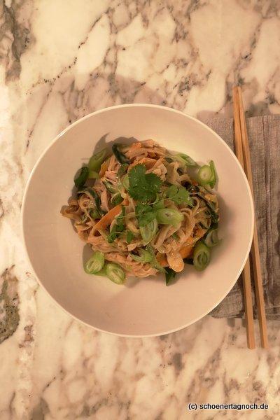 Schnelles Pad Thai mit Reisnudeln, Zucchini, Karotten, Frühlingszwiebeln und frischem Koriander