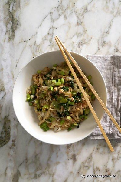 """Reisnudeln mit Pak Choi, Tofu und Frühlingszwiebeln aus """"Einfach himmlisch gesund"""" von Lynn Hoefer."""