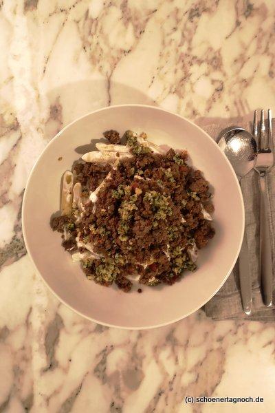 scharfe Pasta mit Hackfleisch, Knoblauchjoghurt und Minze-Pinienkern-Butter