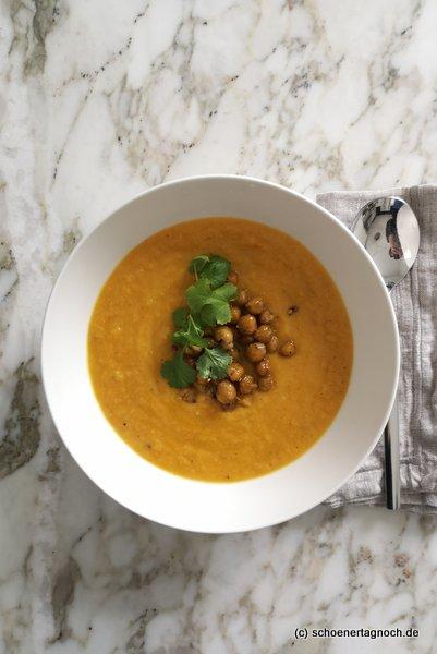 Suppe aus ofengerösteten Karotten mit gerösteten Zatar-Kichererbsen und frischem Koriander