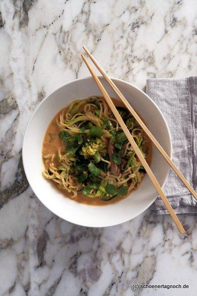 """Thai-Erdnuss-Nudelsuppe mit Zucchini und Brokkoli aus """"Einfach himmlisch gesund"""""""