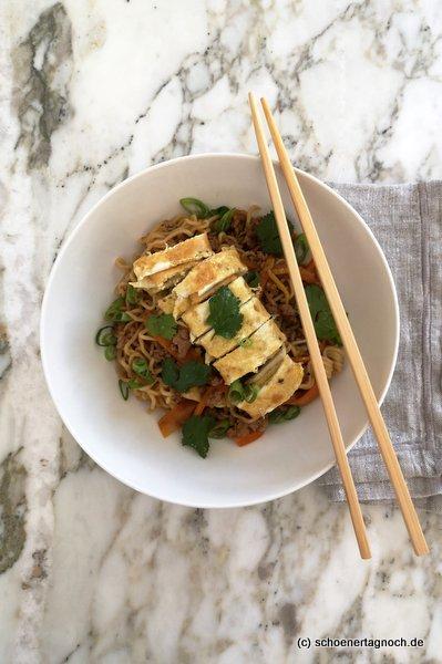 Asia-Bratnudeln mit Hackfleisch, Gemüse und Omelette