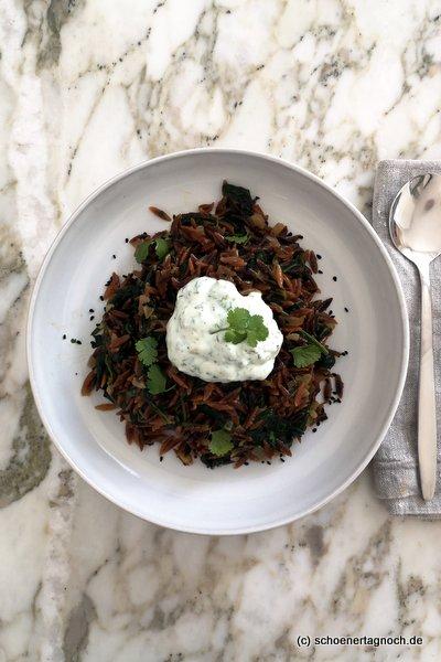 Geröstete Reisnudeln mit Spinat und Chili-Dill-Joghurt