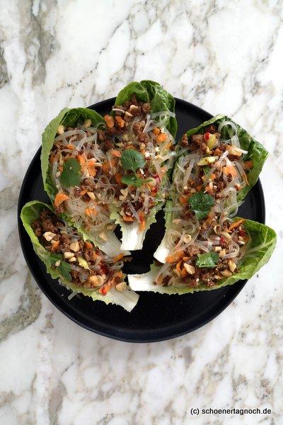 Glasnudelsalat mit Hackfleisch im Salatwrap