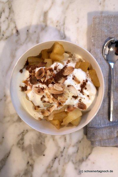 Hirse-Porridge mit Apfelkompott, gerösteten Mandelblättchen, Zimt und Naturjoghurt
