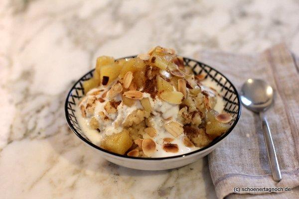 Hirse-Porridge mit Apfel-Zimt-Kompott, gerösteten Mandeln und Naturjoghurt
