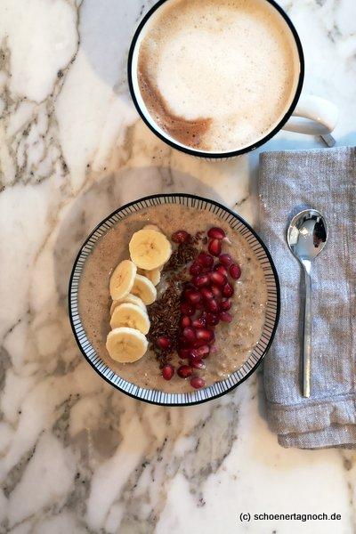 Haferflocken-Porridge mit Leinsamen, Granatapfelkernen und Banane