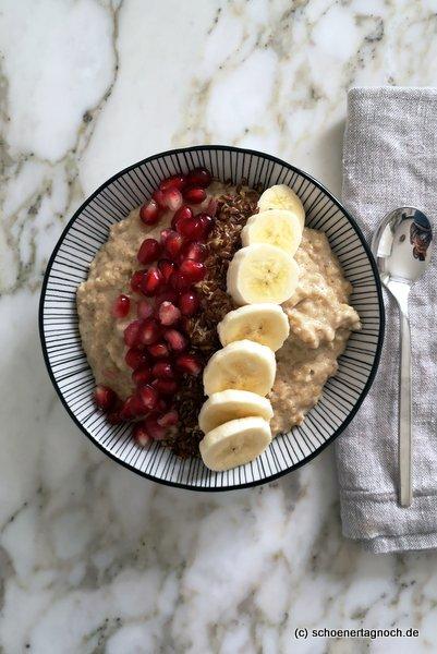 Porridge mit Leinsamen, Granatapfelkernen und Banane