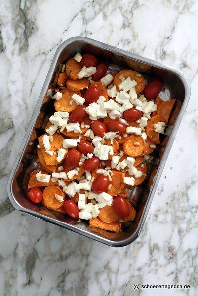 Süßkartoffel-Feta-Auflauf mit Kirschtomaten und Pinienkernen