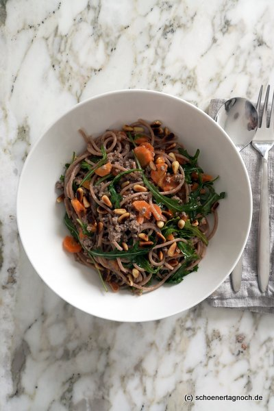 Dinkel-Vollkorn-Spaghetti mit Möhren-Hackfleisch-Joghurt-Sauce und Rucola
