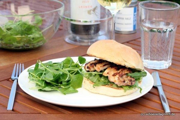 Buttermilch Chicken Burger vom Grill mit Guacamole und Rucola
