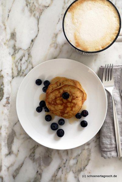 Bananen Pancakes mit Heidelbeeren und Ahornsirup