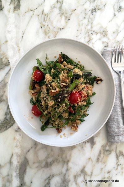 Couscous-Spargel-Salat mit Rucola, Kirschtomaten und Walnüssen
