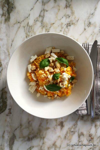 Curry-Karotten-Risotto mit Cashewkernen und Feta