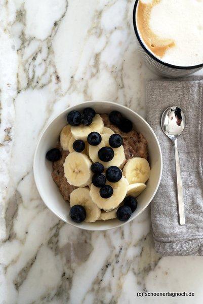 Dinkel-Porridge mit Banane und Heidelbeeren