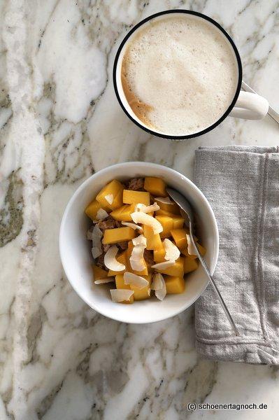 Dinkel-Porridge mit Mango und Kokoschips
