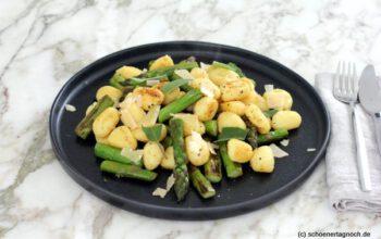 Gnocchi-Pfanne mit grünem Spargel, Salbei und Limette