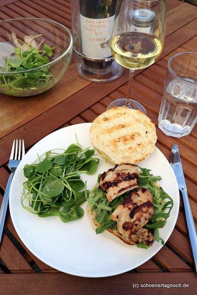 Buttermilch Chicken Burger vom Grill mit Guacamole und Rucola, dazu Portulak-Salat