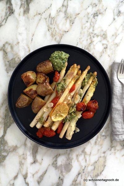 Ofenspargel mit Kartoffeln, Kirschtomaten und Rucola-Pesto