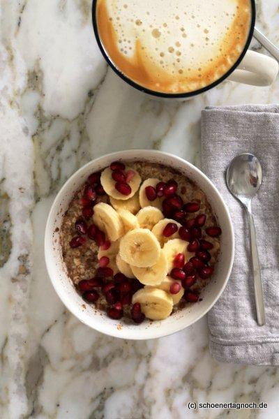 Overnight Oats mit Granatapfelkernen und Banane zum Frühstück