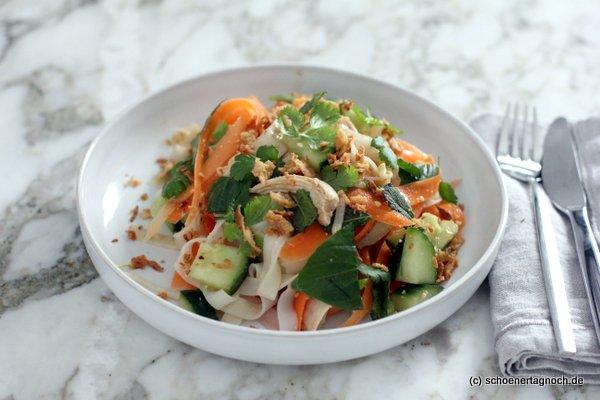 Reisnudelsalat mit Hähnchenbrust, Karotte, Gurke und Kräutern