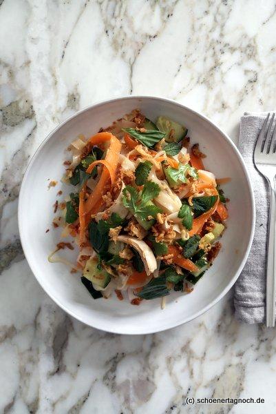 Reisnudelsalat mit pochierter Hähnchenbrust, Gurke, Karotte und frischen Kräutern