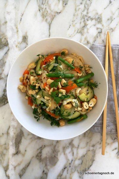 Reisnudelsalat mit grünem Spargel, Karotten und Gurke