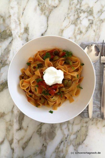 Scharfe Fettucine mit Kirschtomaten, Oliven, Kapern und Joghurt