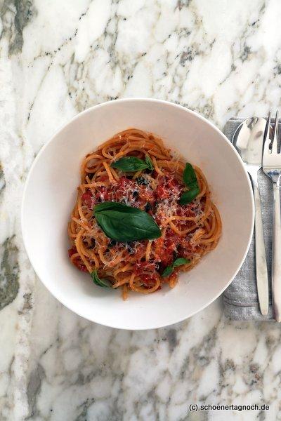 """Spaghetti mit pikanter Kirschtomatensauce nach einem Rezept aus """"Simple"""" von Ottolenghi"""