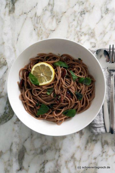 Spaghetti mit Zitronen-Oliven-Soße und Kräutern