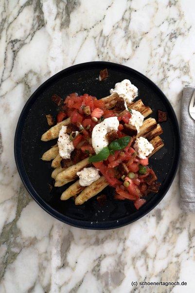 Gerösteter Spargel mit Tomaten-Nussbutter-Vinaigrette und Burrata