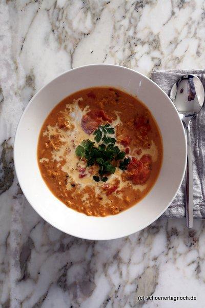 Tomaten-Linsen-Suppe mit Kokosmilch und frischem Koriander