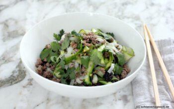 Lauwarmer Glasnudelsalat mit grünem Spargel und Hackfleisch