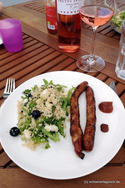 2 gegrillte Merguezwürste mit Couscous-Salat mit Heidelbeeren, Rucola und Feta