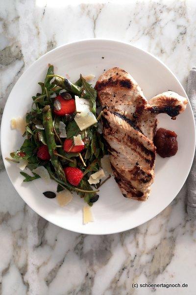 Gegrillte Hähnchenbrust mit Spargel-Erdbeer-Rucola-Salat