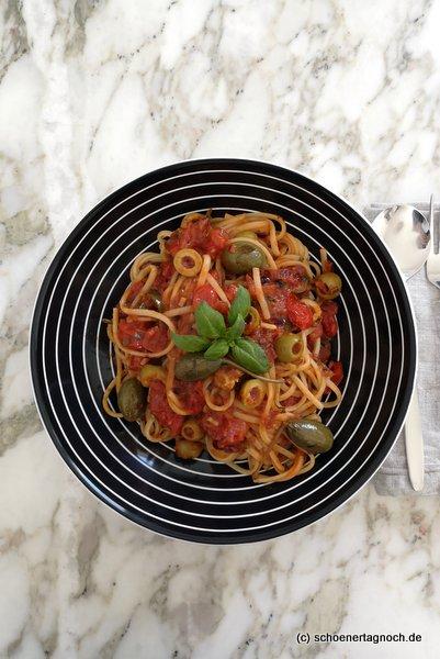 Pasta Celestiale mit Oliven, Kapernäpfeln und Tomaten