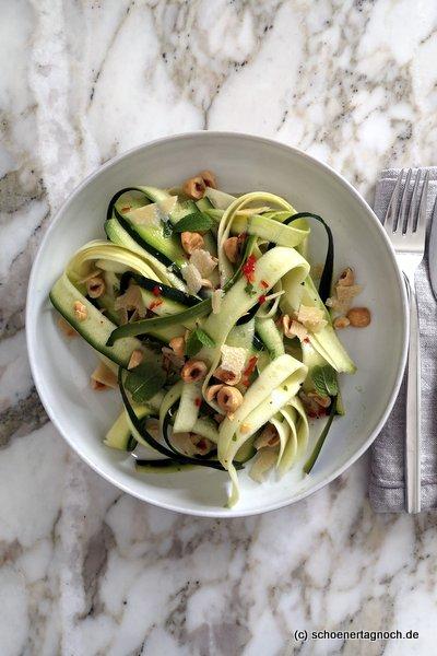 Zucchinisalat mit Minze und Haselnüssen