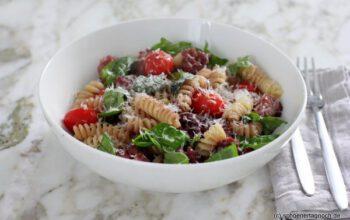 Fussili mit Salsicce-Bällchen, Kirschtomaten und Basilikum
