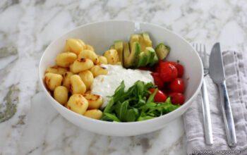 Gnocchi-Bowl mit Avocado, Kirschtomaten und Fetacreme