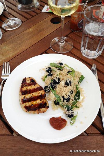 Schweinenackensteak vom Grill mit Couscous-Salat mit Heidelbeeren, Rucola und Feta