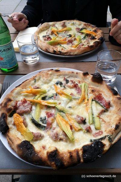 Pizza mit Zucchini, Zucchiniblüten und Salsiccia