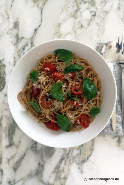 Sommerpasta mit ofengerösteten Kirschtomaten und Vollkornspaghetti