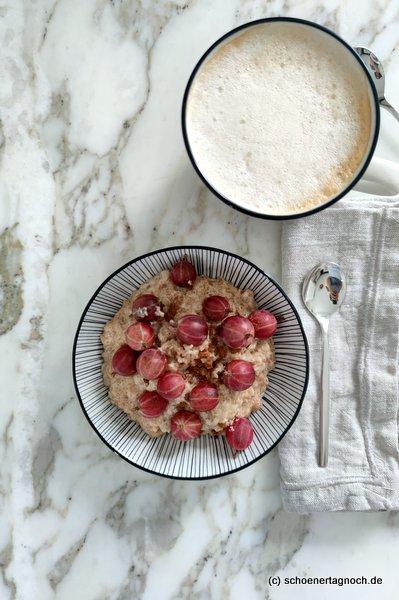 Dinkel-Porridge mit Stachelbeeren
