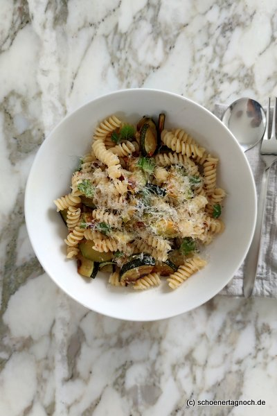 Fussili mit Zucchini, Chili und Minze